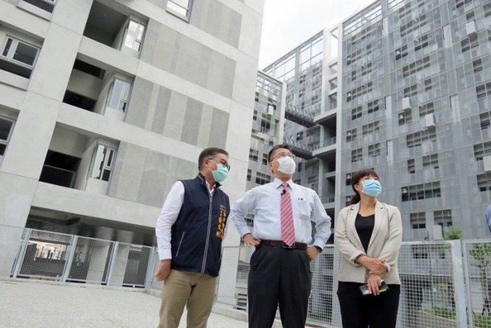 內政部長徐國勇(中)視察台中社會住宅「太平育賢好宅」。