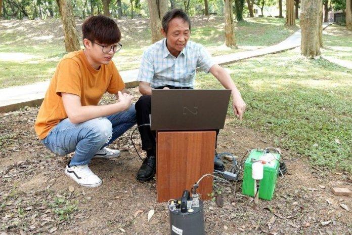 中正大學地環系教授陳朝輝(右)研發全臺首創大地工程檢測系統「三維斷層掃描技術」,猶如大地醫生為土地做電腦斷層掃描,確保各項建設施工安全。