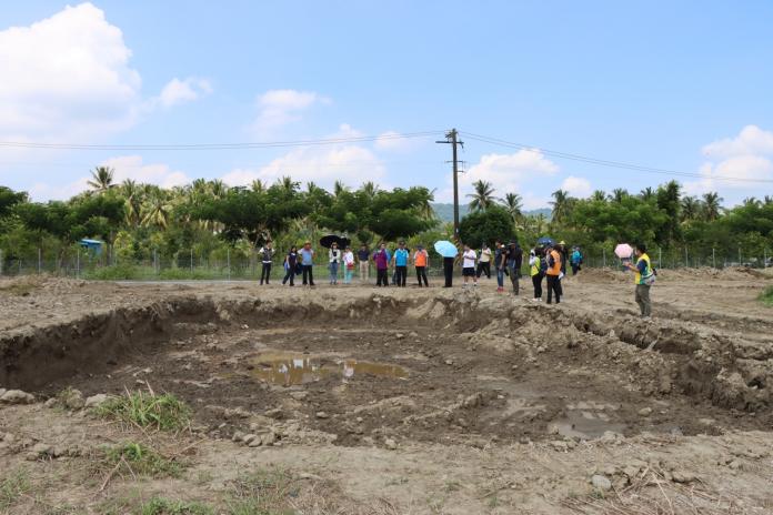 不到兩米深的淺坑一遇雨就積水,可見開挖工程之困難度以及二次污染的風險。