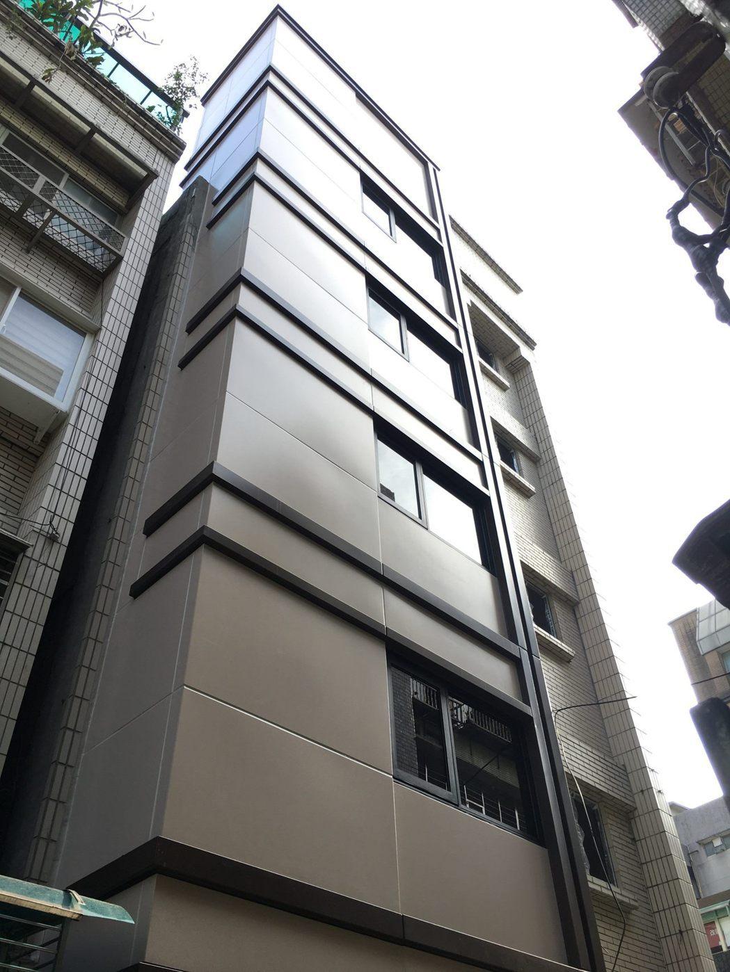 「旭大華廈」電梯增設完工後,解決年長者上下樓梯的不變。