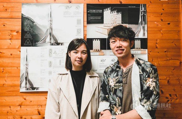 台灣科技大學建築所應屆畢業生葉芷婷(左)和建築系學生馬朗文(右)設計「氣旋捕者」,可捕捉氣旋動能,並做為災民收容空間的風力發電機建築,獲美國傑出工業設計獎(IDEA)銀獎。