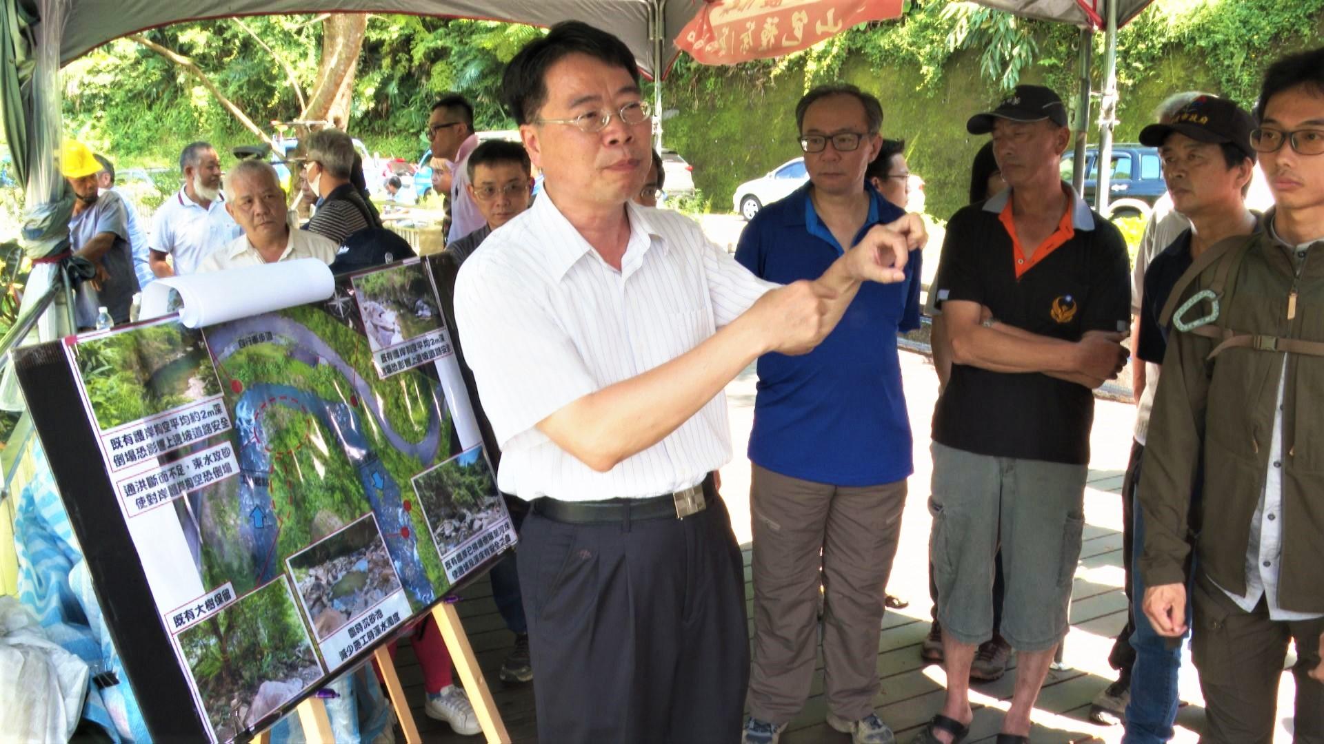 < 台北水源特定區管理局局長對關心民眾說明設計方案 >