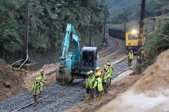 台鐵瑞芳-猴硐段目前只恢復單線雙向通車,剩下的西正線搶修十分困難,台鐵局表示會努力趕在春節前完成。
