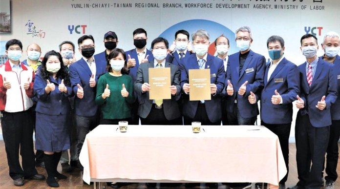 雲嘉南分署長劉邦棟(前排右五)及輕鋼架協會理事長韋春發(前排右四)簽署合作未來將一起培育輕鋼架工程人才。