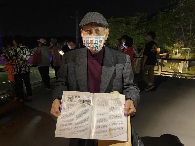 屏東台糖紙漿廠退休主任蔡江智特別到場,他也帶著縣府當初從台糖糖訊看到他寫的文章中,輾轉找到他,提供當時工廠的環境設施。