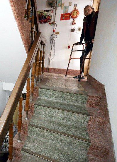 長者和身障者困居無電梯的老舊公寓,上下樓梯是一大考驗,除靠增建電梯改善,更需要換屋、長照等配套措施介入。