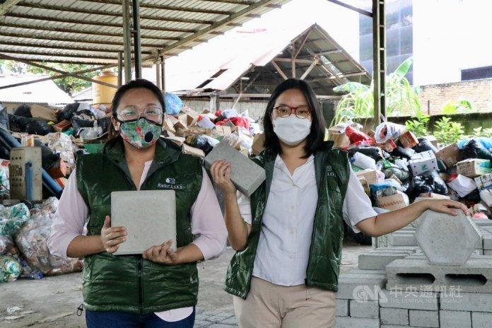 印尼青年創業家劉麗菲(左)與諾維達(右)創立Rebricks,專門處理回收廠拒絕的塑膠垃圾,研發出路磚和空心磚等蓋房子的建材。