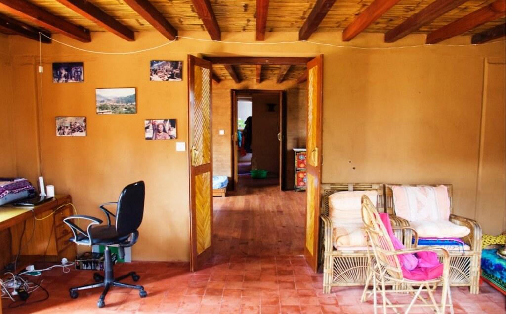 泥土與竹子搭建的房子,也能創造舒適的內部空間。