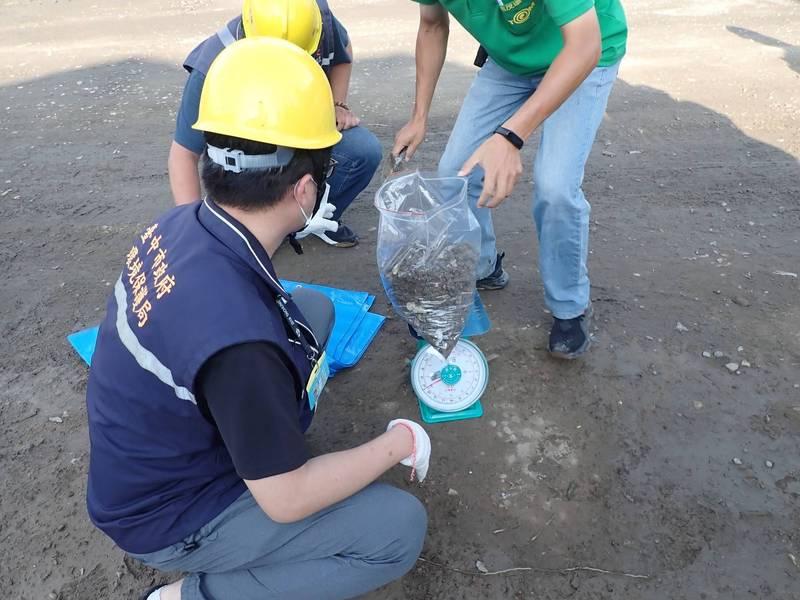 中市環保局接獲棄置營建混合物案件,現場採樣分析,依營建混合物混雜比例開罰。
