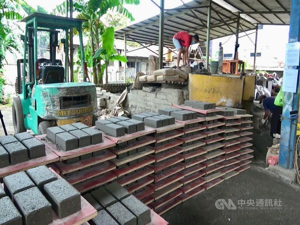 印尼新創公司Rebricks每天最多能生產100平方公尺的鋪路磚,等於回收8萬8000個回收廠拒絕的塑膠垃圾。