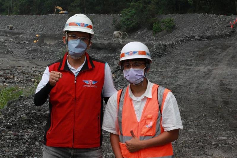 甲仙工務段人員今天清晨立即前往高雄明霸克露簡易便道,測量導管便道遭掩埋面積。