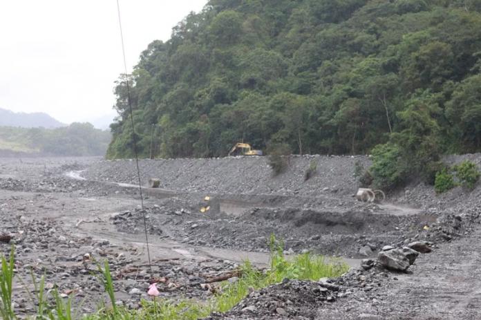 高雄明霸克露簡易便道12日下午4時許,發生三波土石流,導致涵管便道120公尺遭掩埋。